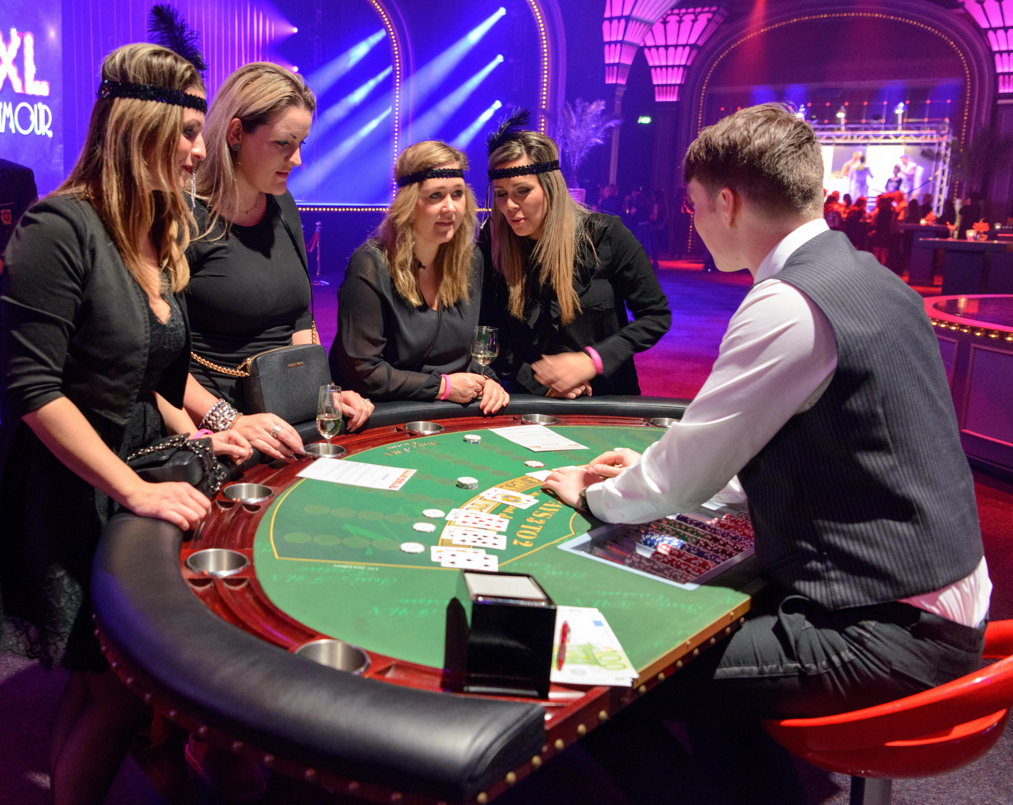 What is the average hand in texas holdem
