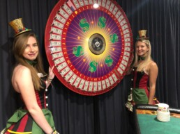 casino dames op de foto met money wheel