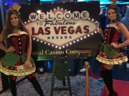 casino dames op de foto met royal casino bord